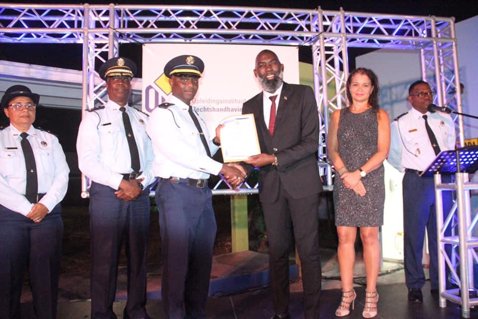 ORV a entregá diploma na 44 polis ku a slag pa Voortgezette Politie Opleiding